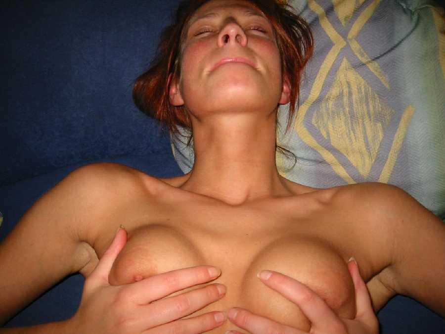 se toucher les seins
