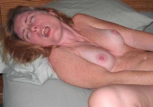 Une femme mature a un orgasme en se masturbant
