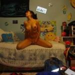 une jeune femme jouit devant une webcam
