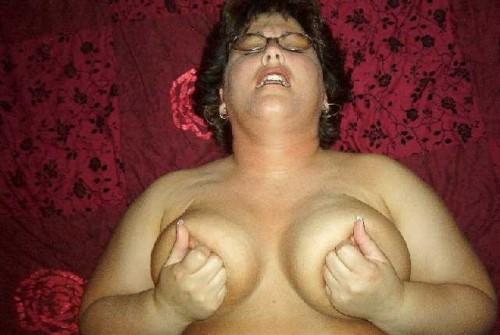 une femme qui jouit pince ses tétons