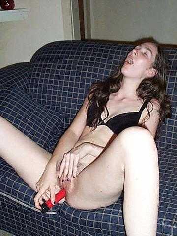 une jeune femme hurle de plaisir