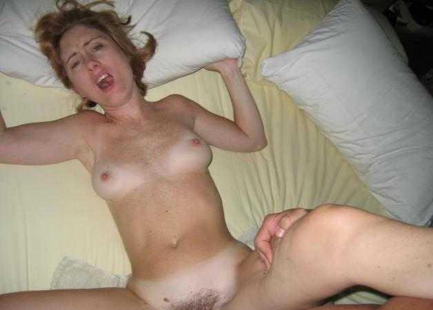 Blonde qui a un orgasme