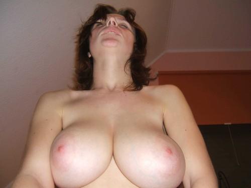 une femme mature aux gros seins jouit