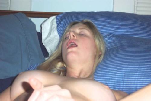 une blonde jouit en se malaxan le clitoris
